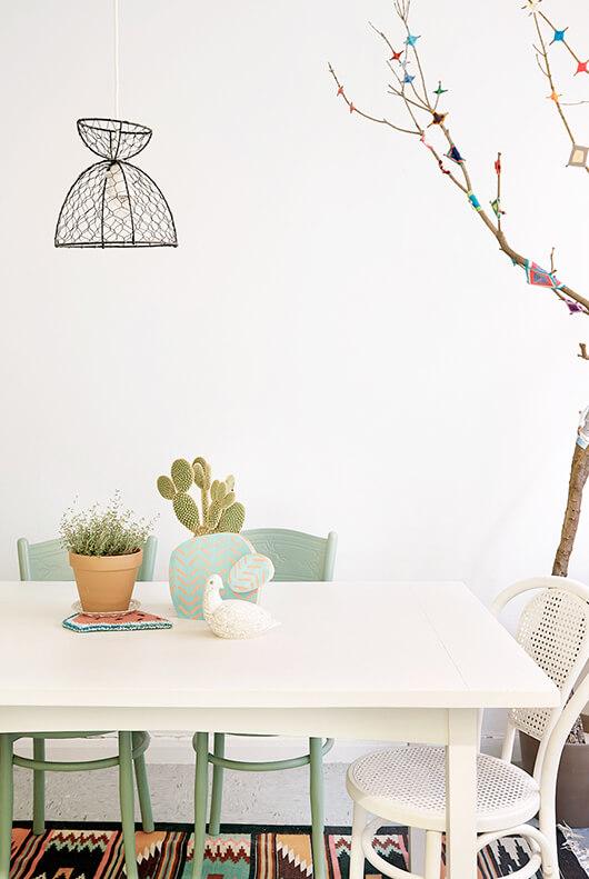 Table de salle à manger avec chaises dépareillées