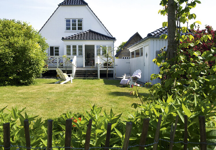 Une maison décorée avec du blanc et des couleurs pastel