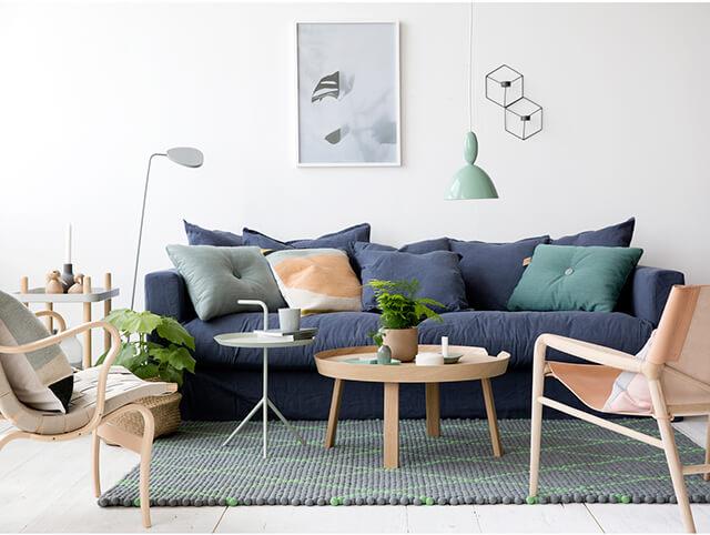 Comment accorder un canapé bleu marine