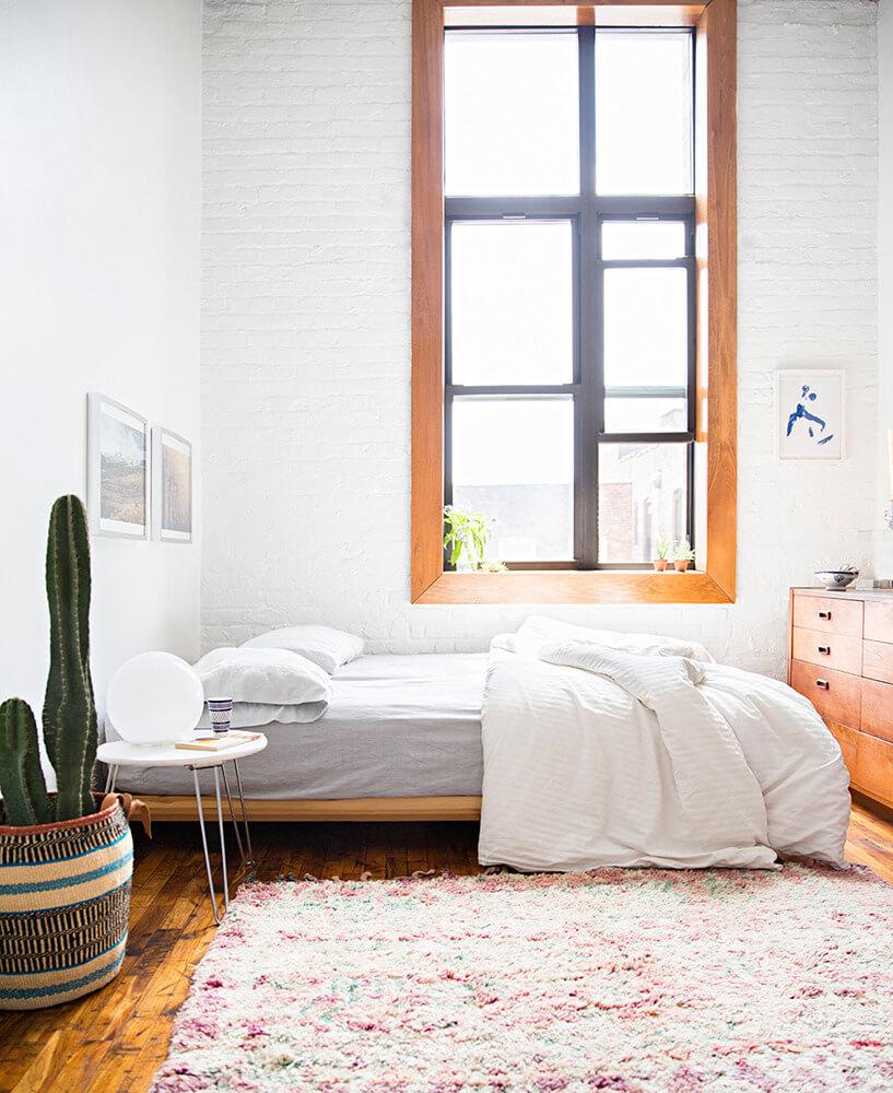 Mur en briques blanches dans une chambre