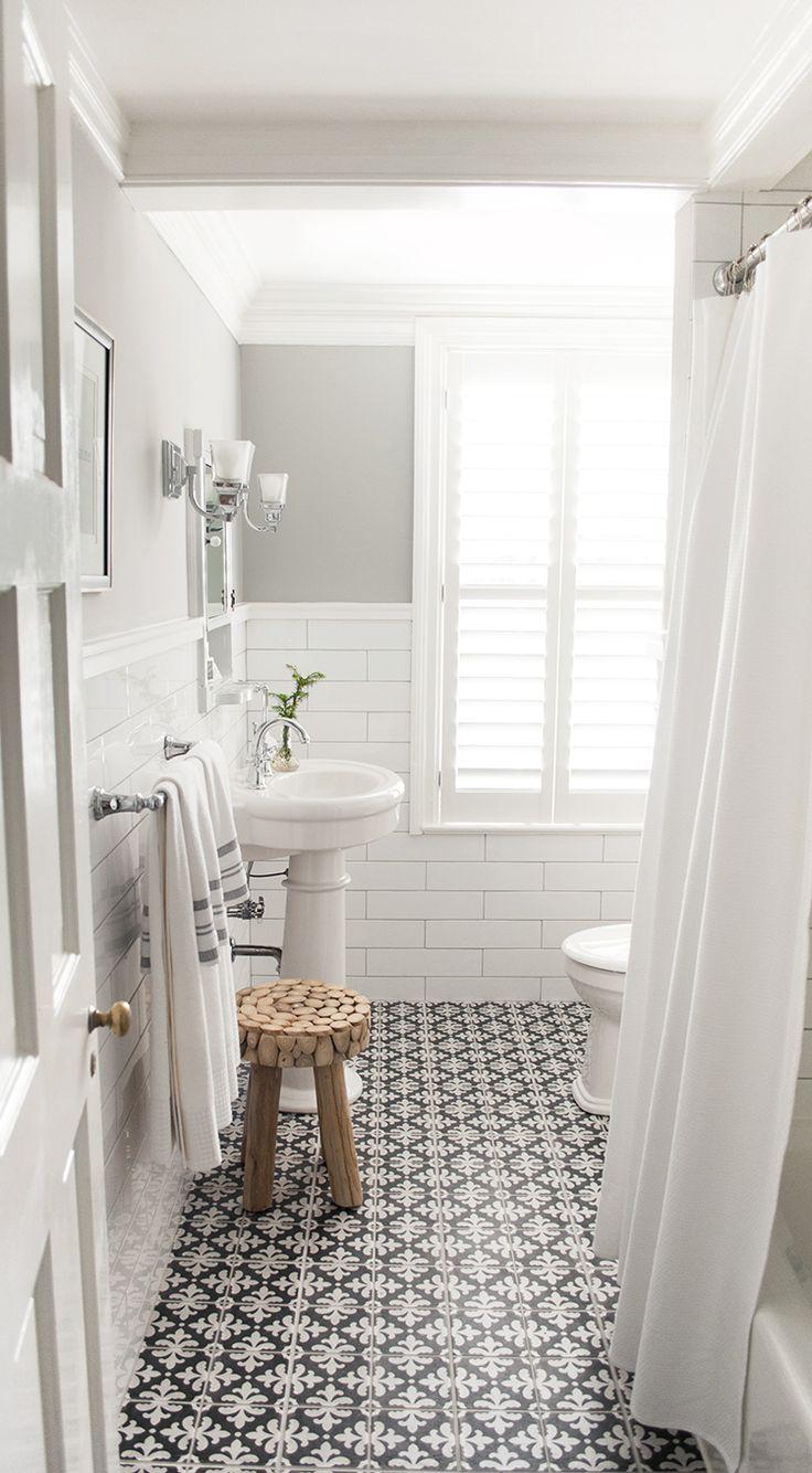 Sol en carreaux de ciment dans une salle de bain