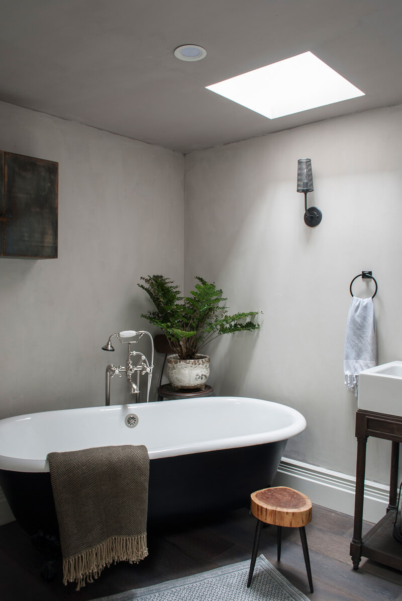 Baignoire ancienne dans une salle de bain contemporaine