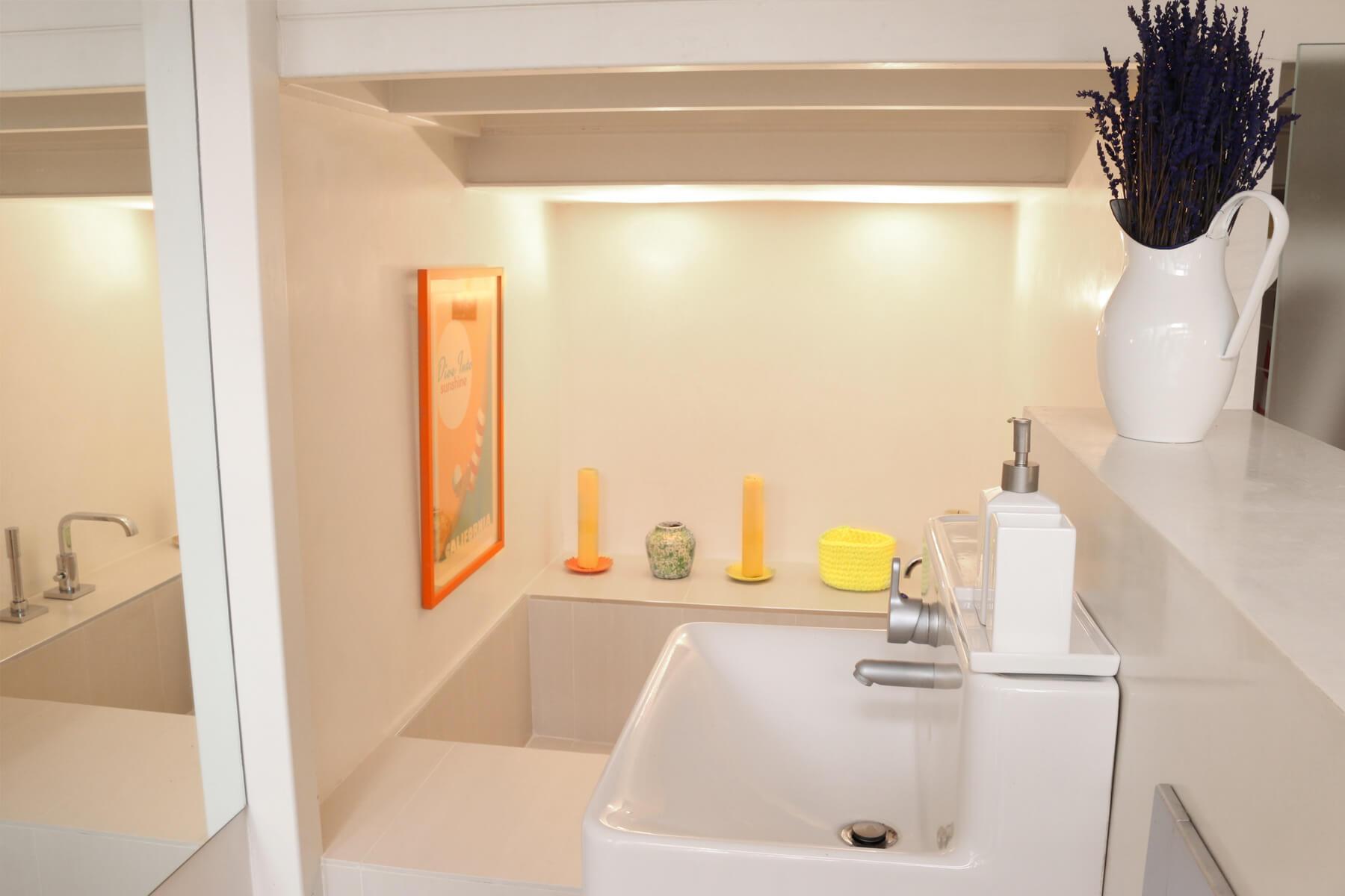 Salle de bain avec baignoire dans un studio