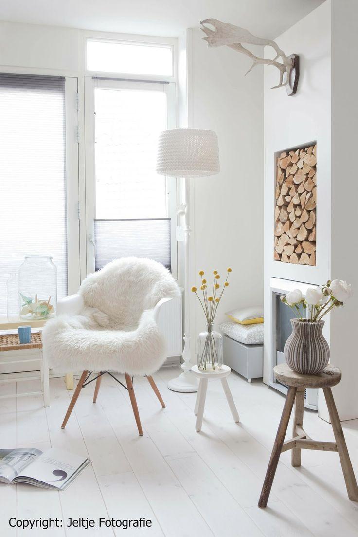 Peau d'agneau sur une chaise Eames