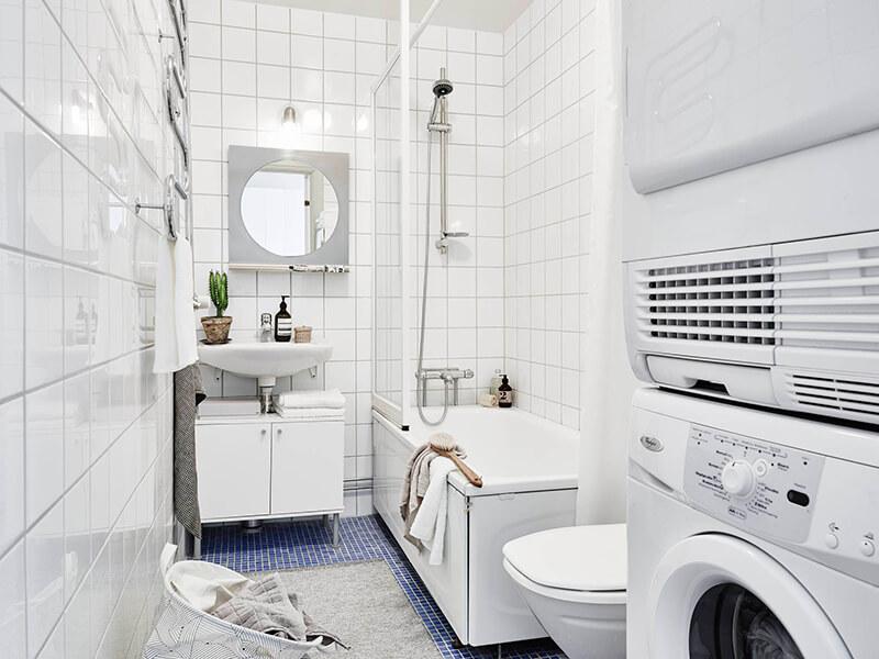 Salle de bain en carrelage blanc