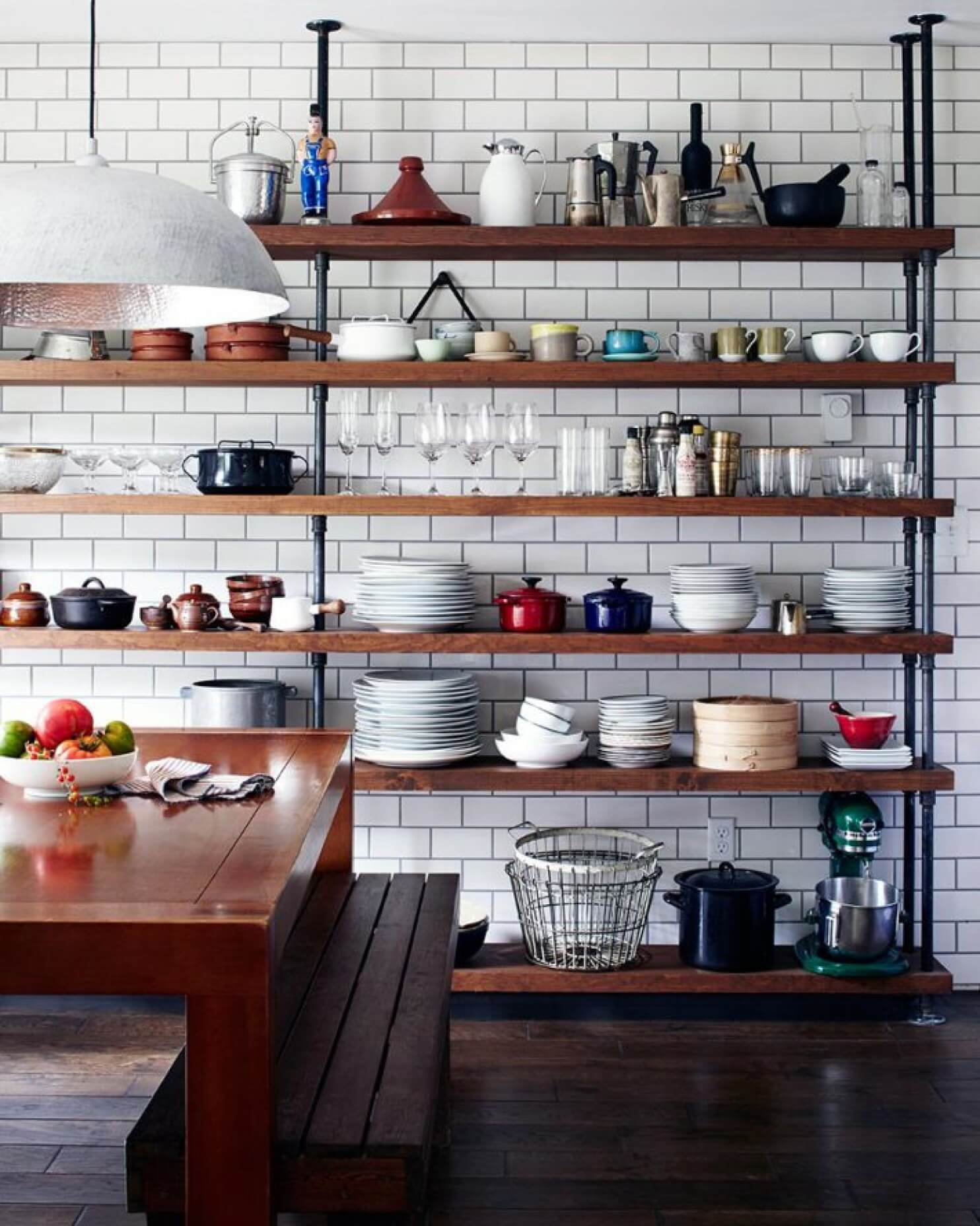 10 cuisines avec des tag res ouvertes frenchy fancy for Idees de cuisines ouvertes