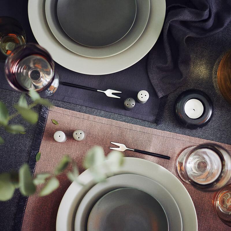 Vaisselle en grès couleur foncée