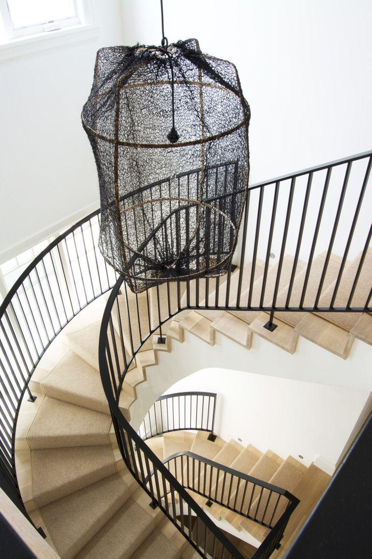 Suspension moderne dans une cage d'escaliers