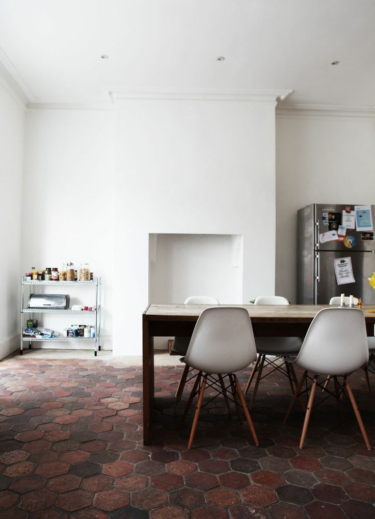 Sol en tomettes et chaises Eames
