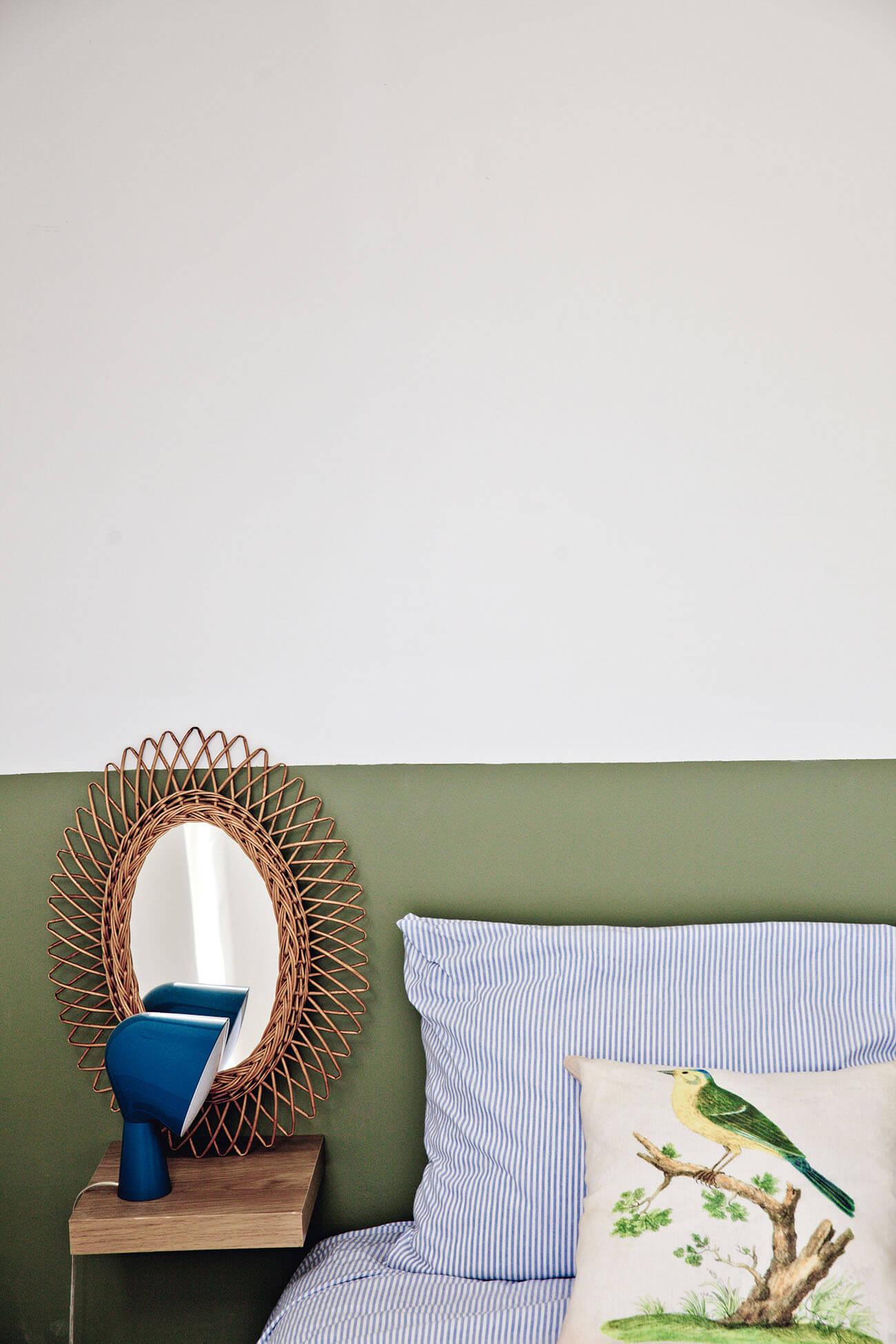 Peinture mur bi-color et mobilier en rotin vintage