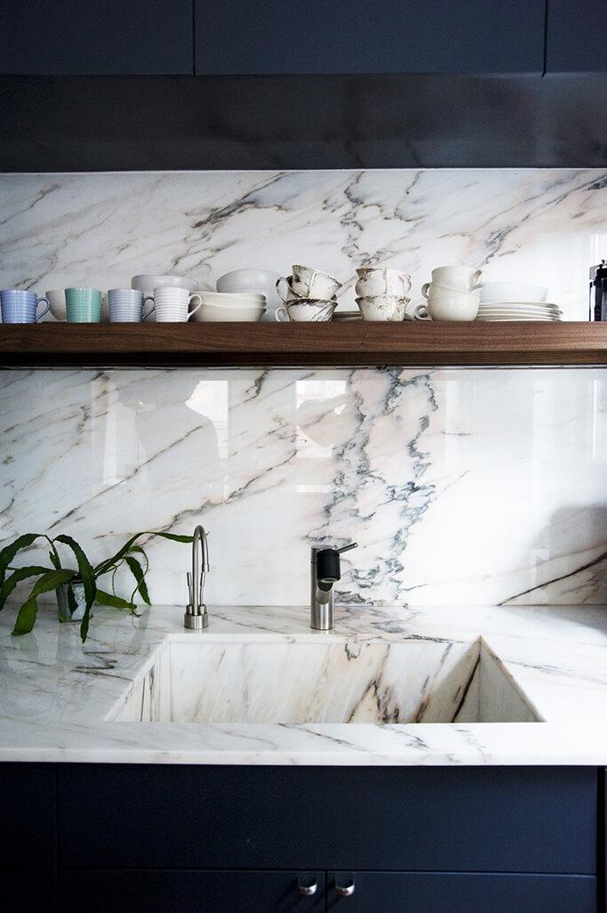 Cuisine avec crédence et évier en marbre