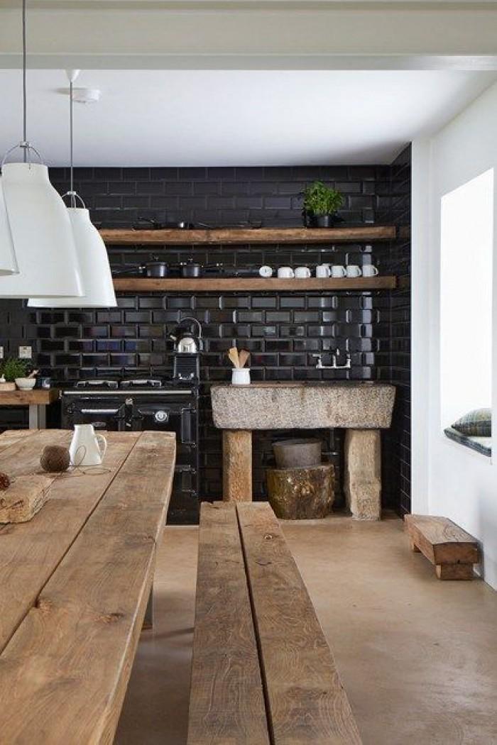 Mur en carrelage noir dans la cuisine