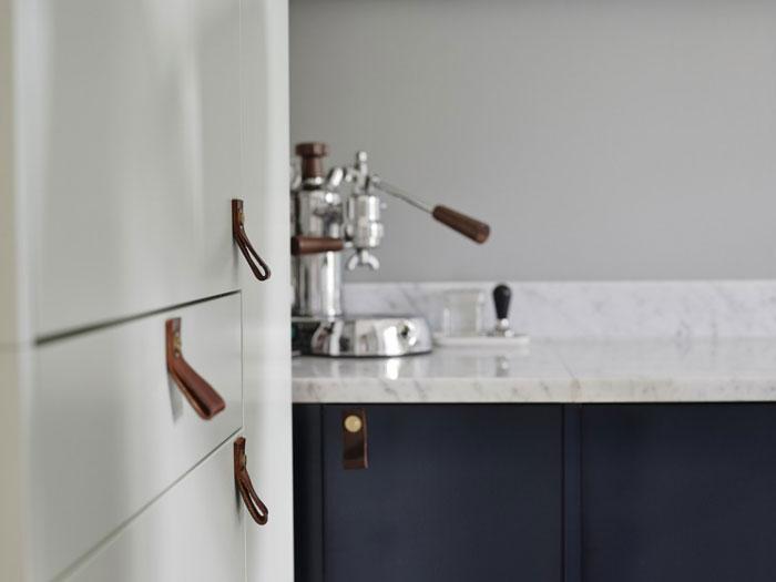 Une cuisine scandinave frenchy fancy for Poignee de meuble en cuir