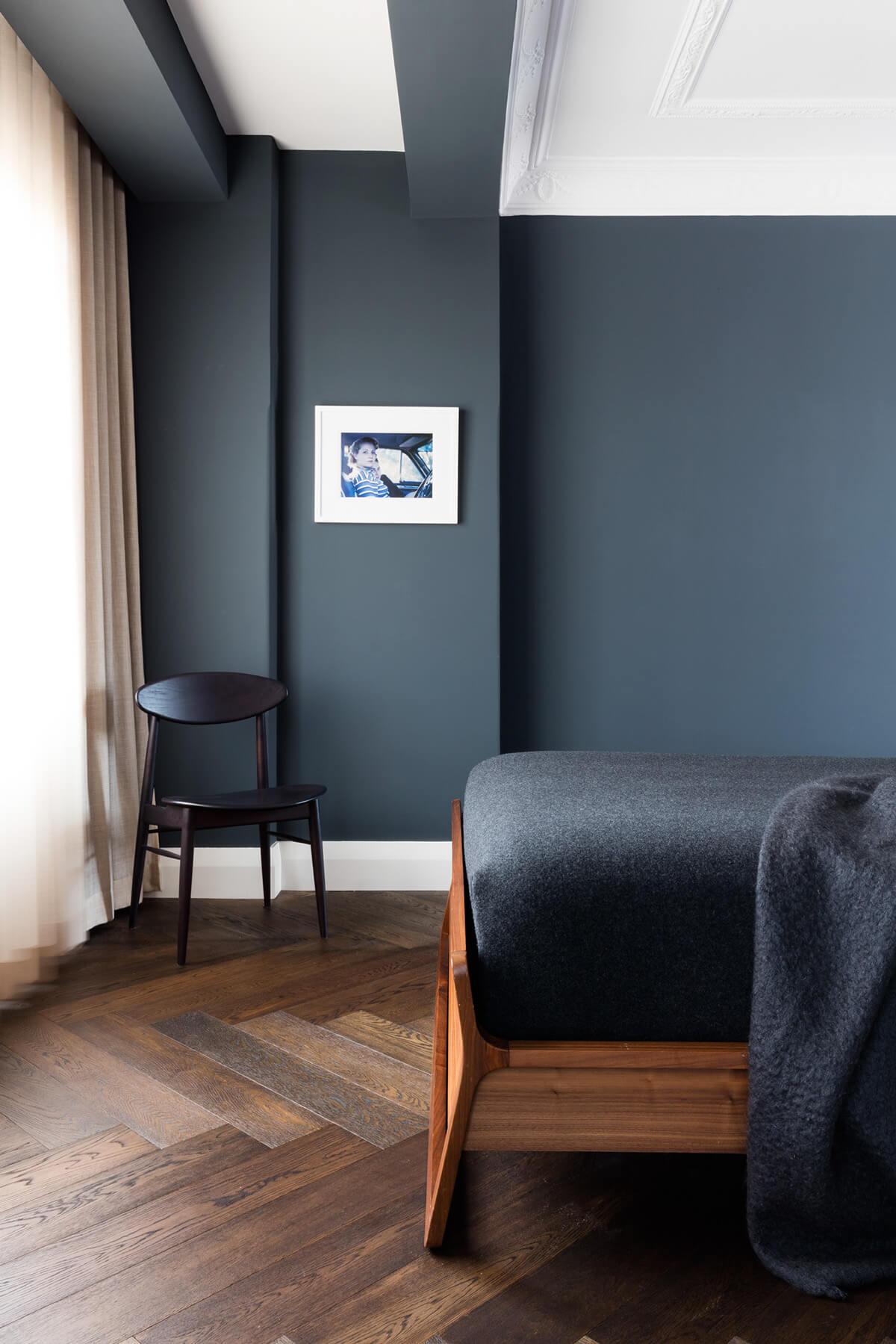 Chambre avec mur gris foncé