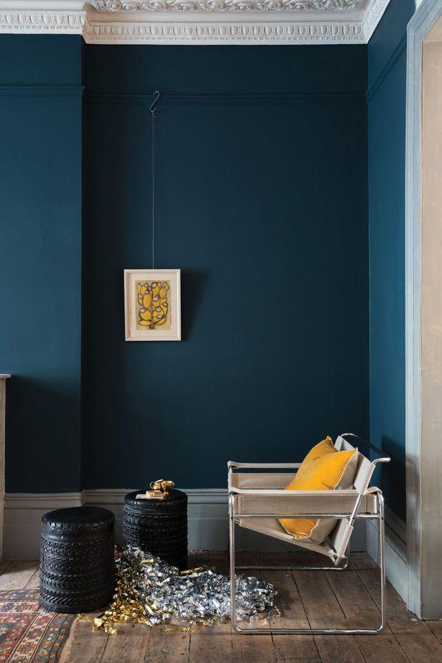 Mur bleu foncé dans un salon