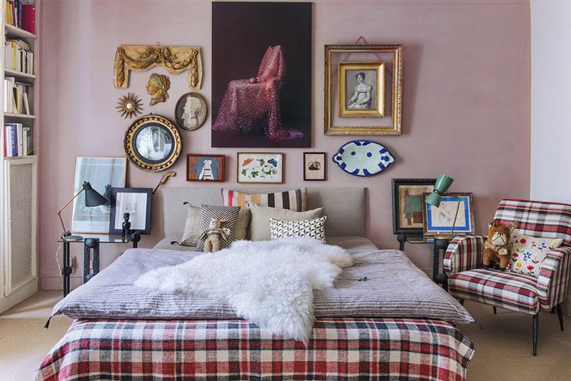 Chambre aux murs rose poudré