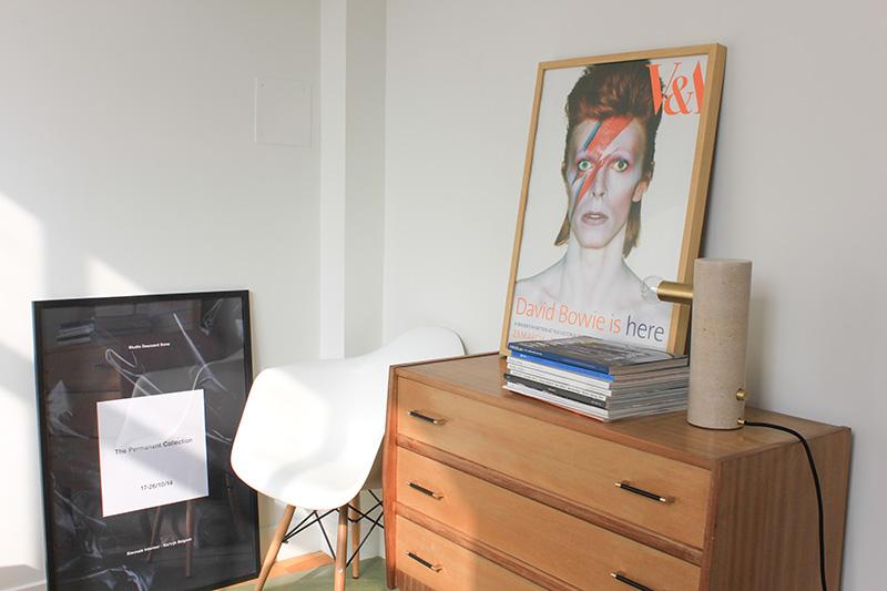 Commode vintage et affiche Bowie