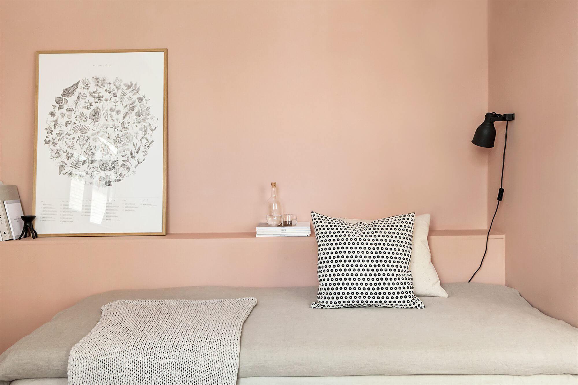 Chambre avec mur rose saumon