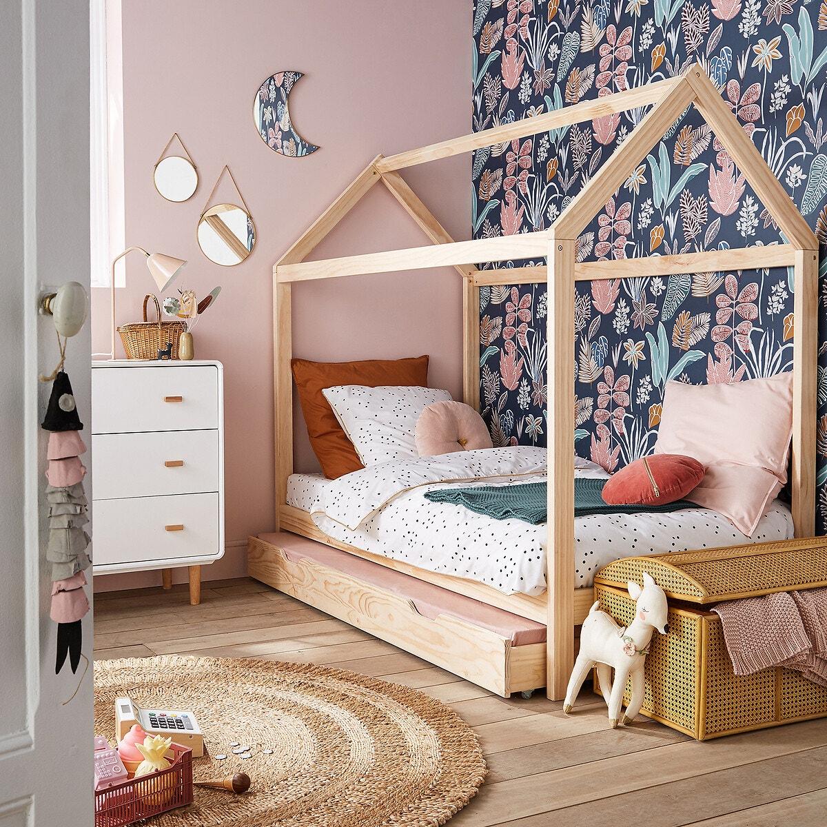Lit cabane fille avec papier peint à fleurs