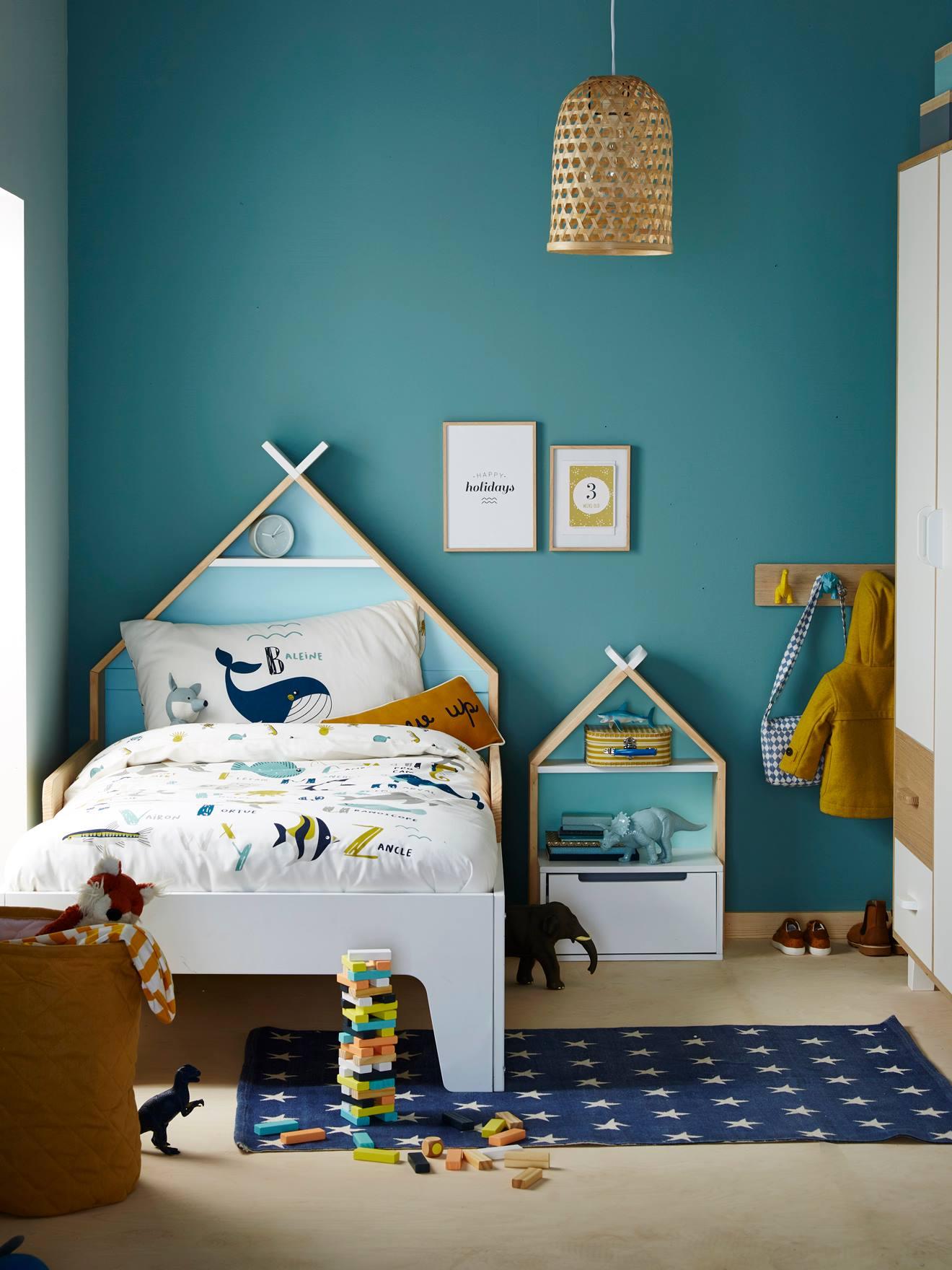 Mur bleu canard chambre enfant et lit maison évolutif