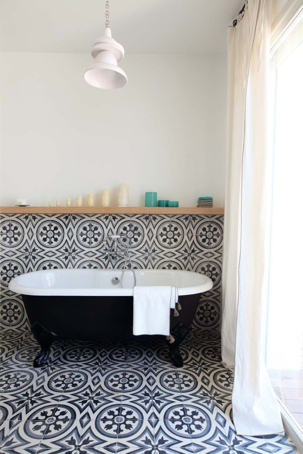 Une salle de bain en carreaux de ciment frenchy fancy for Deco sdb 2016