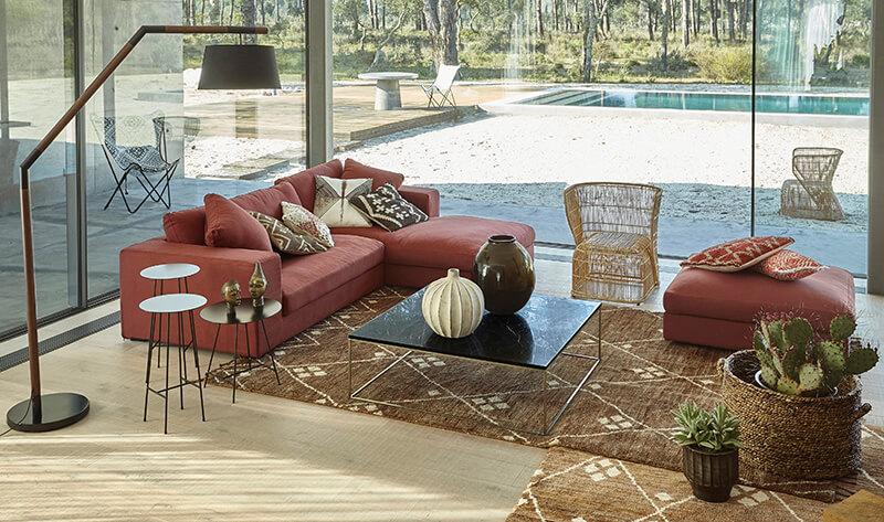 Canapé rouge dans un salon