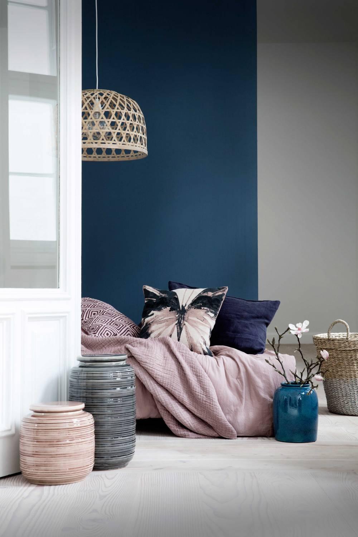 Mur bleu foncé dans une chambre