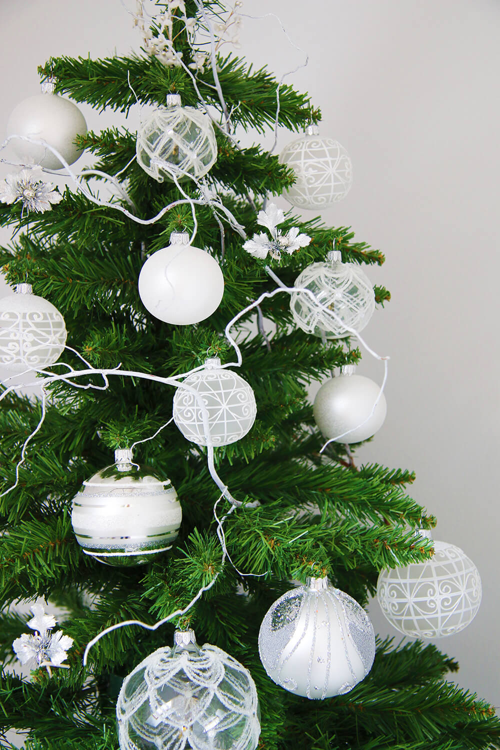 Un sapin de no l blanc et argent frenchy fancy for Decoration sapin de noel rouge et blanc