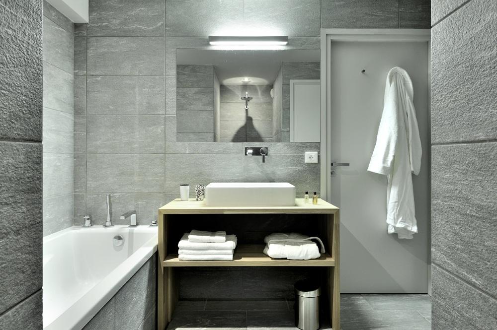 Salle de bain en pirre grise
