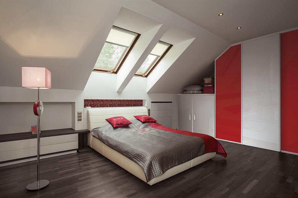 kazed-rangement-sous-combles-verres-laques-rouge-et-blanc-pur-astuce-rangement-portes-placard-integre-appartement-petit-espace