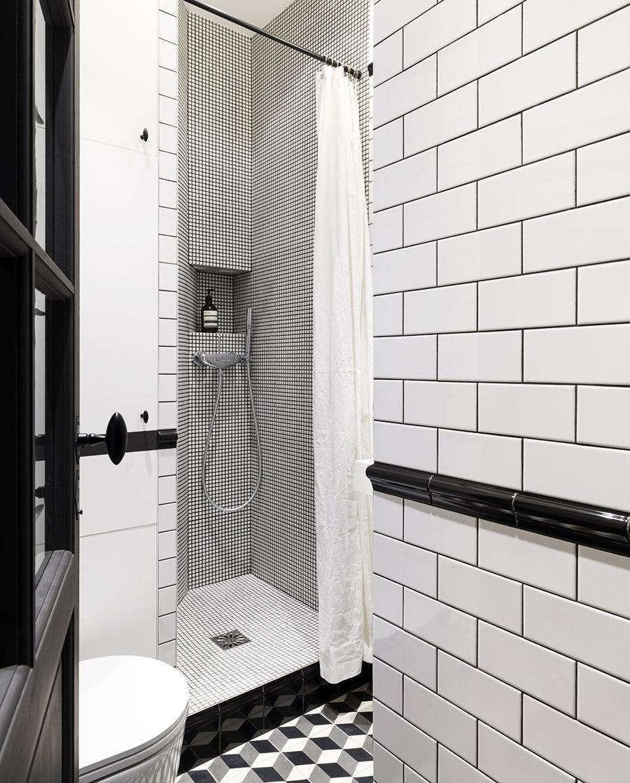 Salle de bain noire et blanche