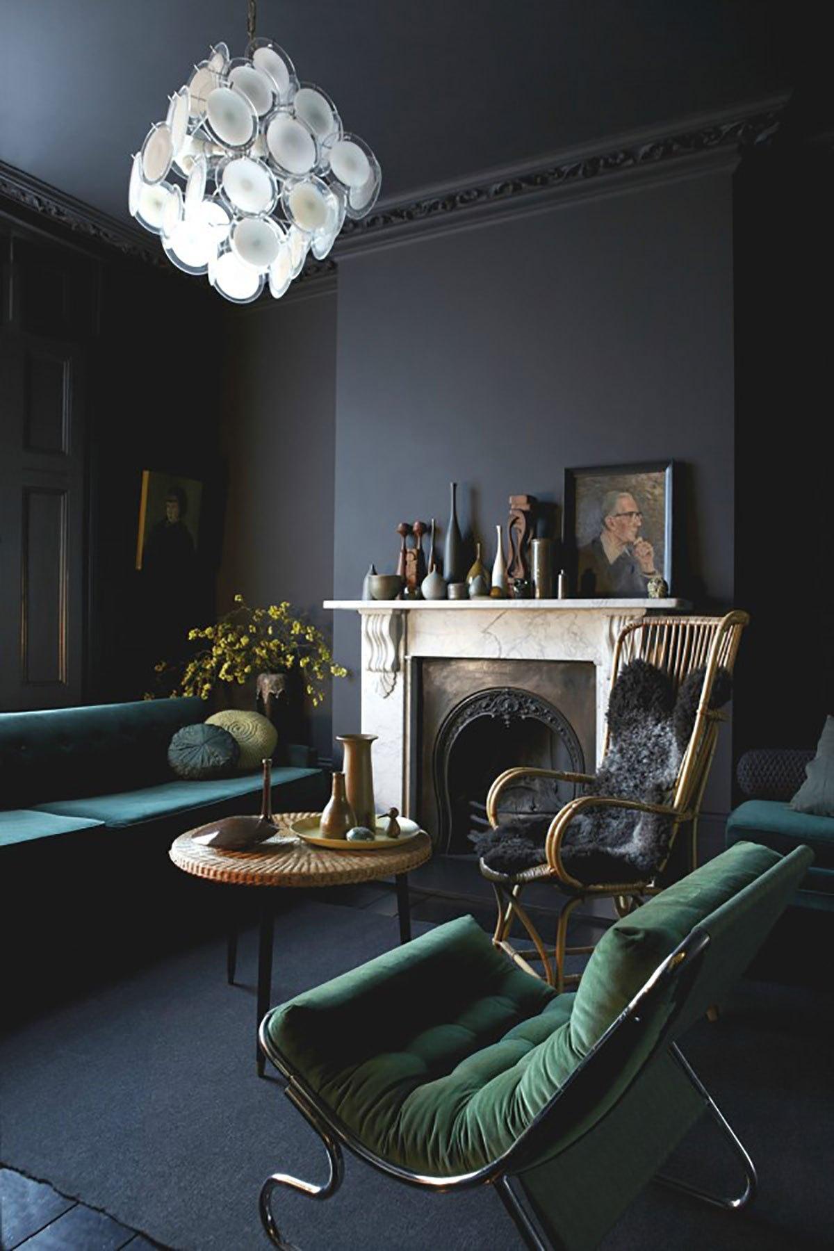 Moulures & couleurs sombres dans des intérieurs Haussmanniens - FrenchyFancy