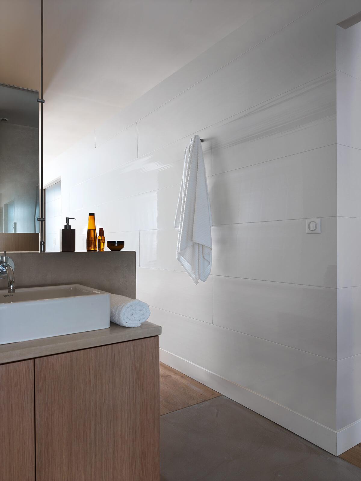 Renovation bonnes raisons adopter lambris pvc revetement decoratif frenchyfancy 6 frenchy fancy - Salle de bain revetement mural ...