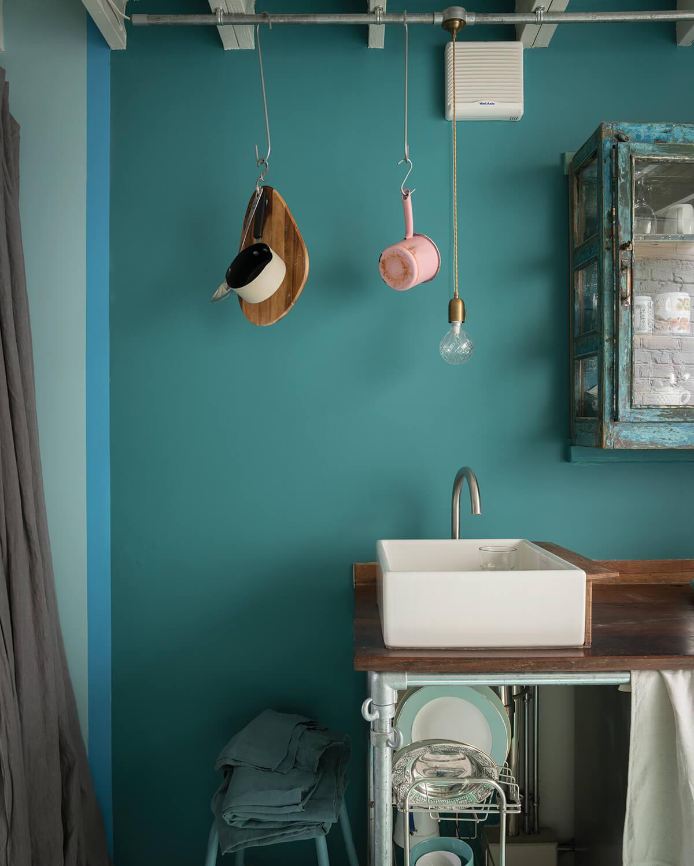 Peindre un mur en bleu