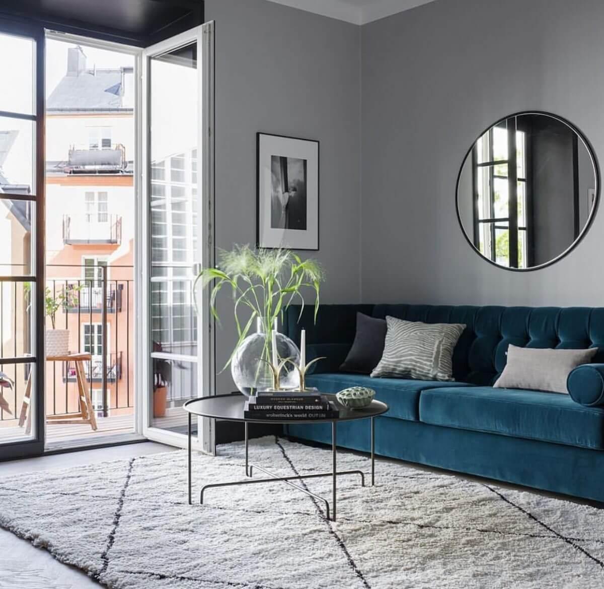 Canapé en velours bleu et tapis berbère