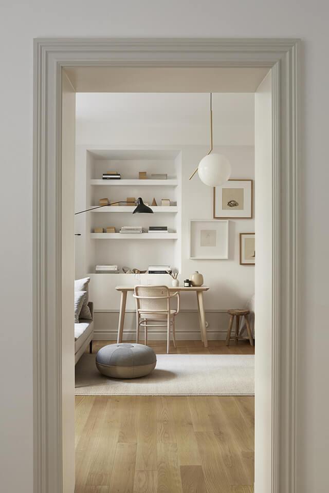Un petit appartement décoré avec des camaïeux de blanc chaud