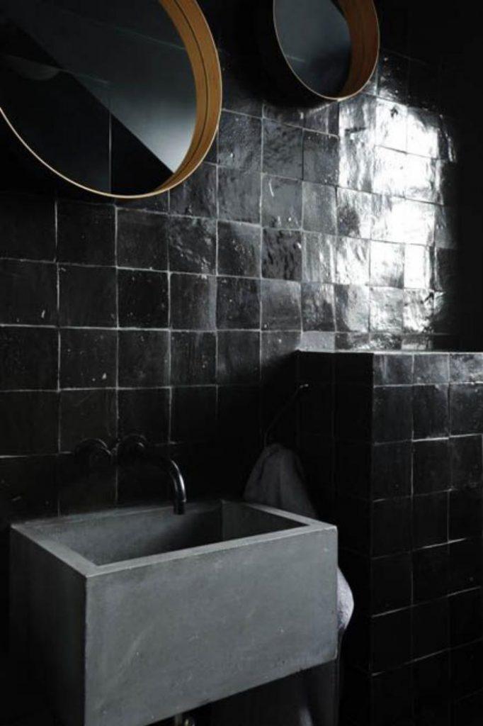 Osez les couleurs sombres dans la salle de bain - FrenchyFancy