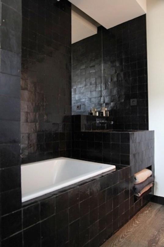 Osez les couleurs sombres dans la salle de bain for Salle bain sombre