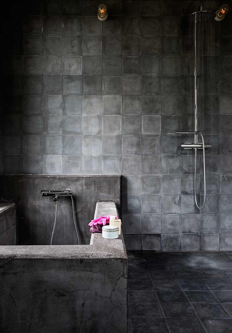 Luminaire style industriel dans la salle de bain