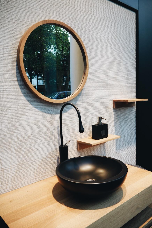 Évier noir dans la salle de bain