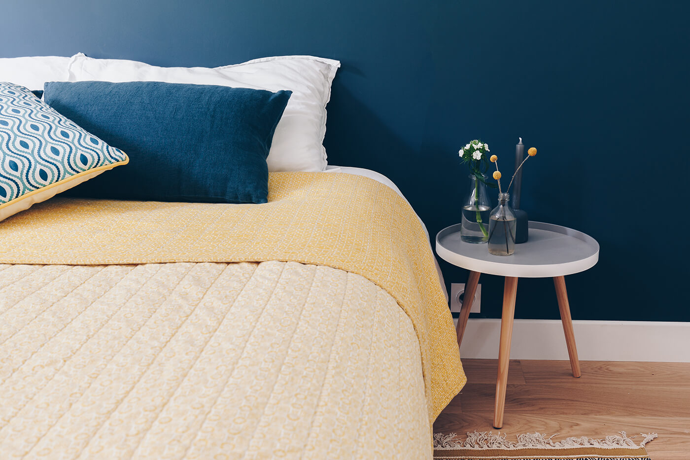 Mur bleu foncé dans la chambre