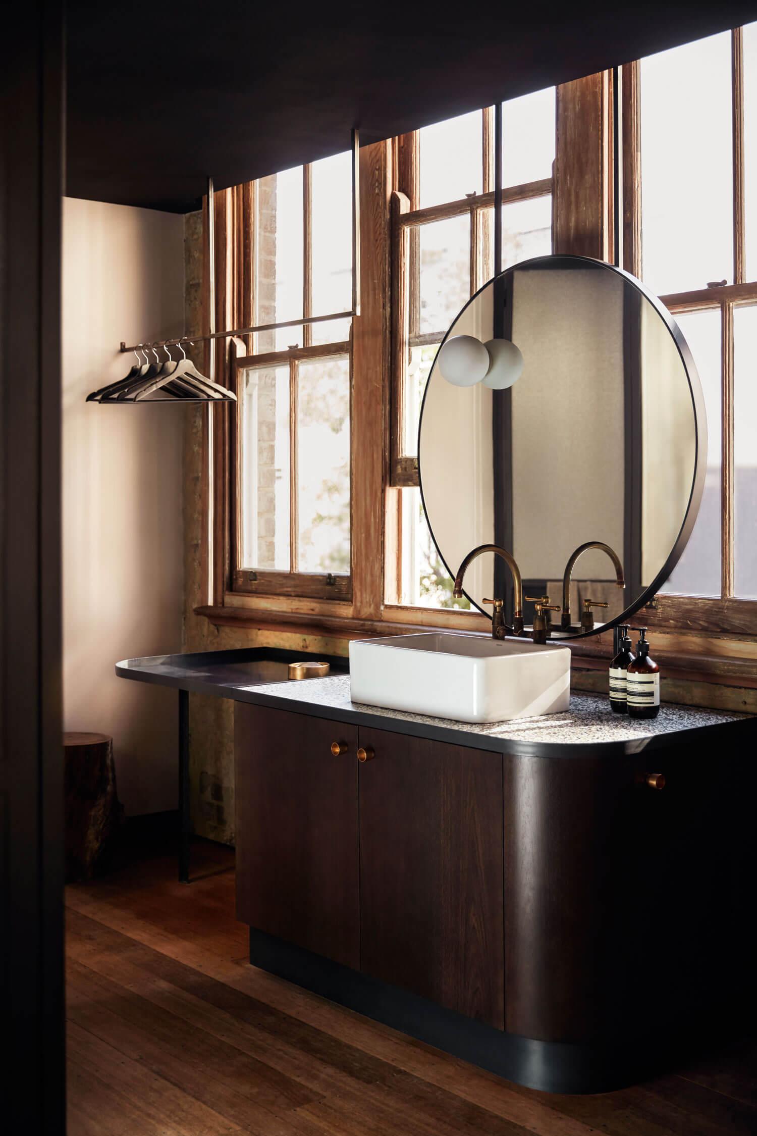 Miroir rond dans la salle de bain