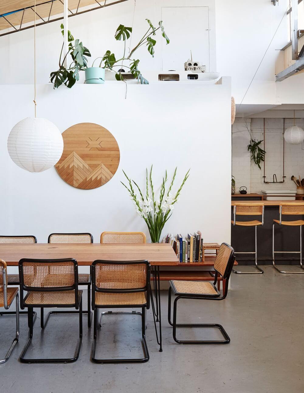 Chaises en cannage dans salle à manger