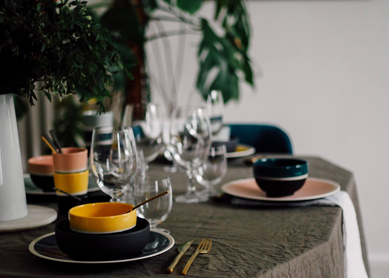 Dresser une table avec de la vaisselle de couleurs