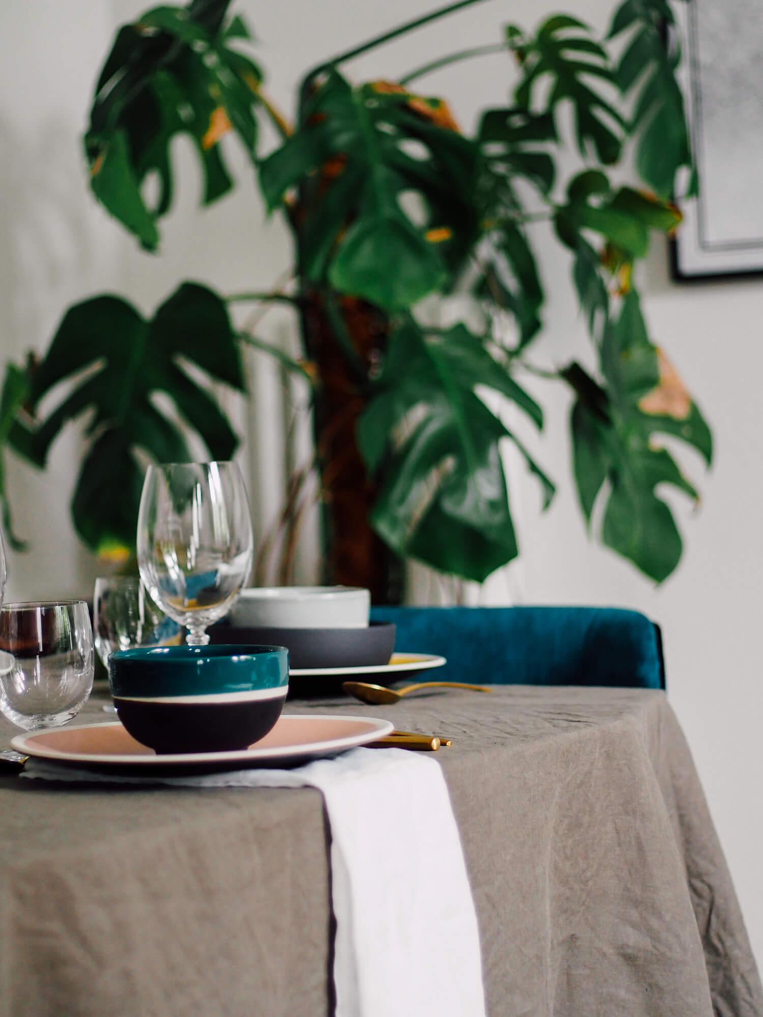 Table avec nappe en lin kaki
