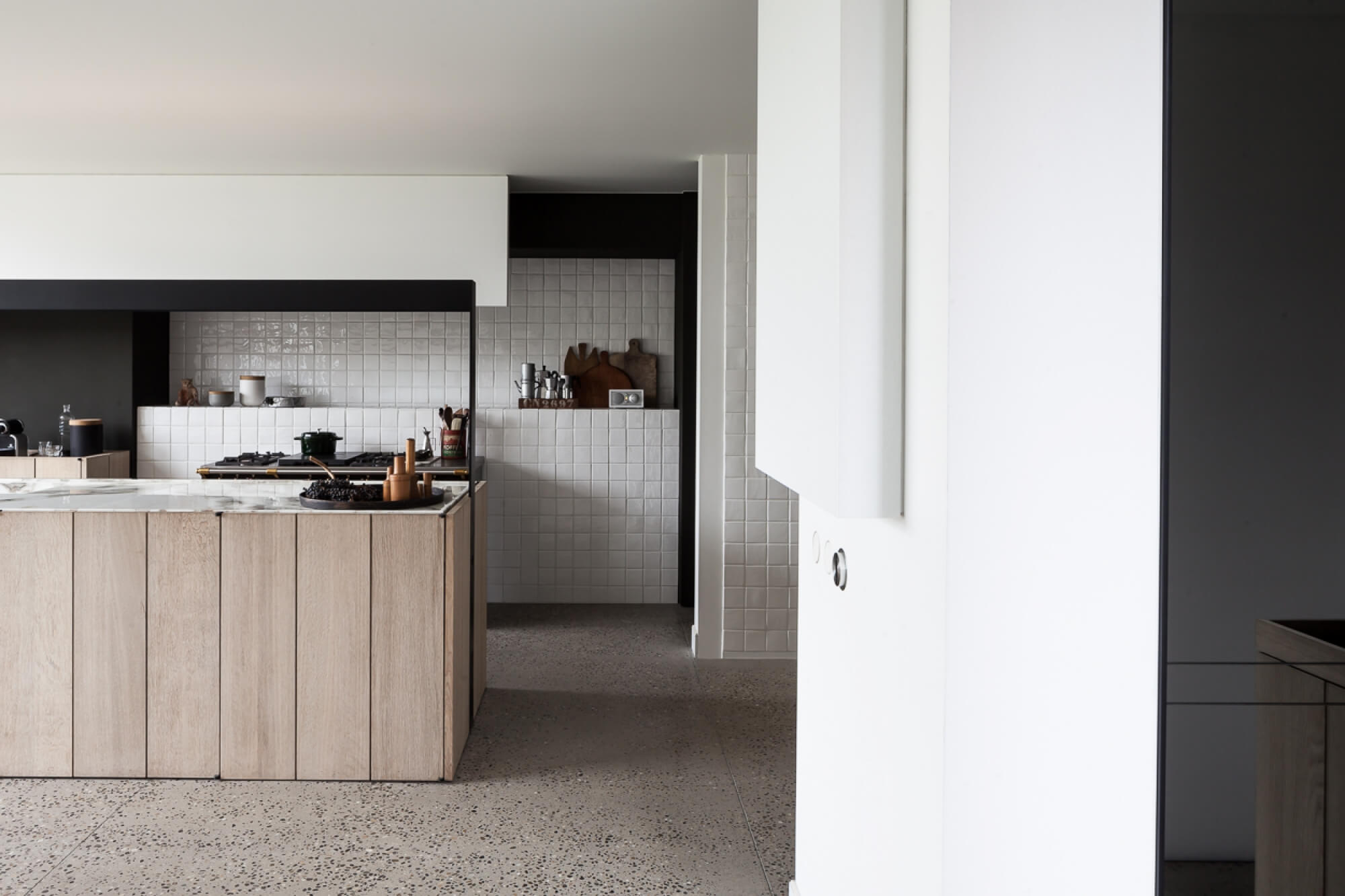 du carrelage blanc dans la cuisine frenchy fancy. Black Bedroom Furniture Sets. Home Design Ideas