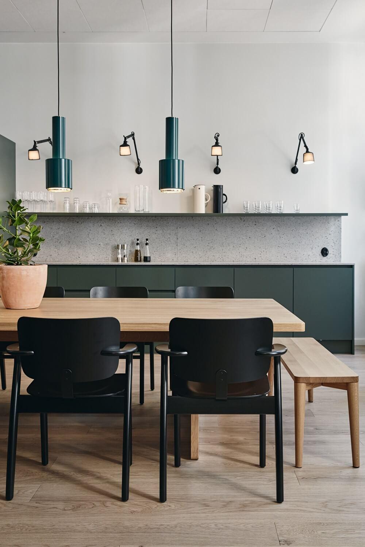 Meuble de cuisine vert et plan de travail en granito