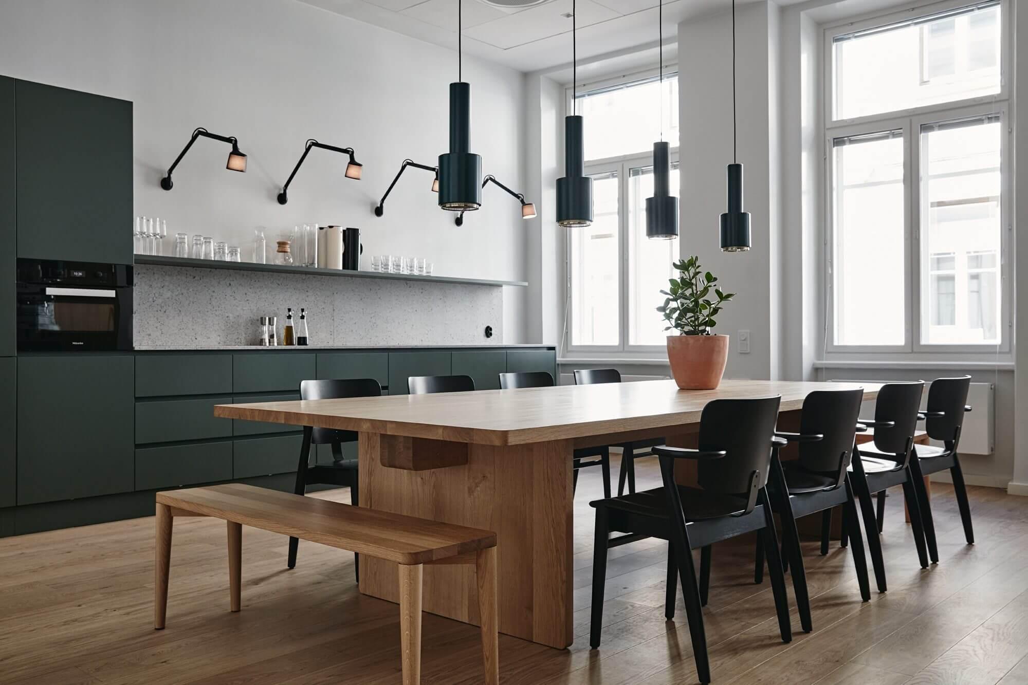 Table en bois brut dans la cuisine