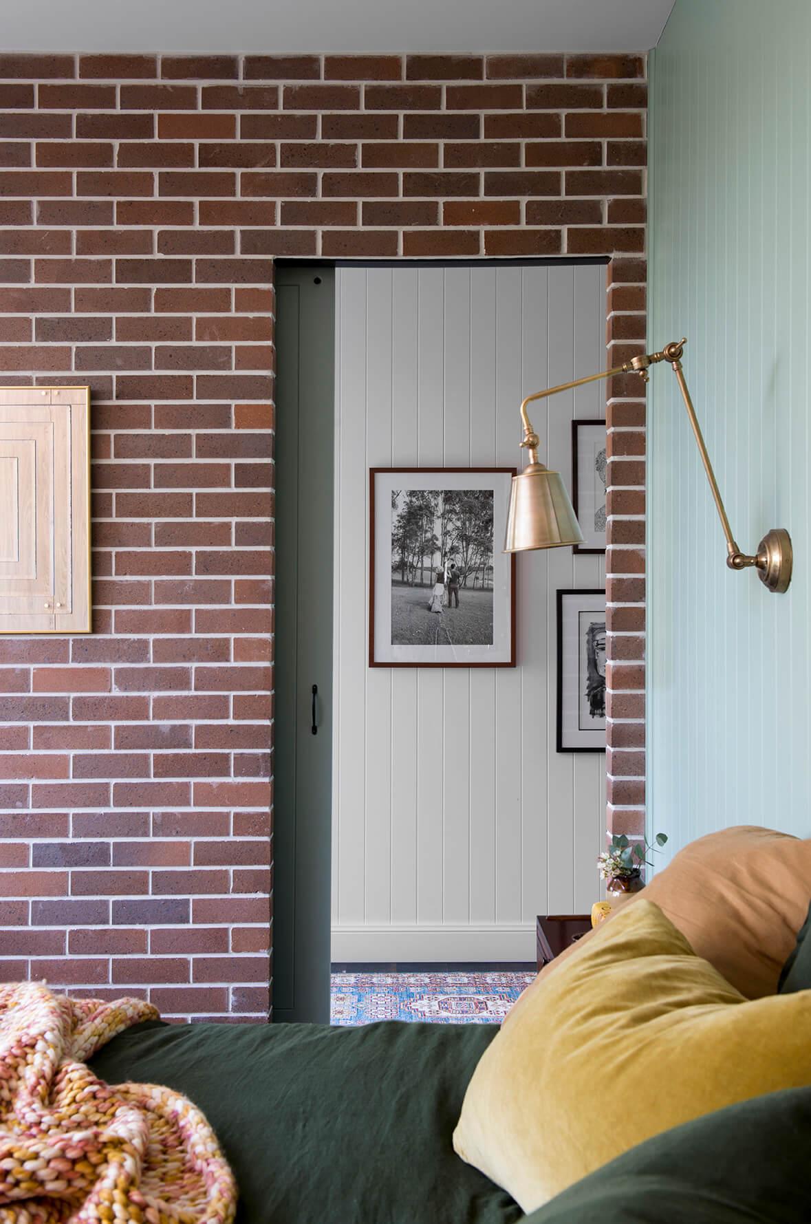 Mur en briques dans une chambre