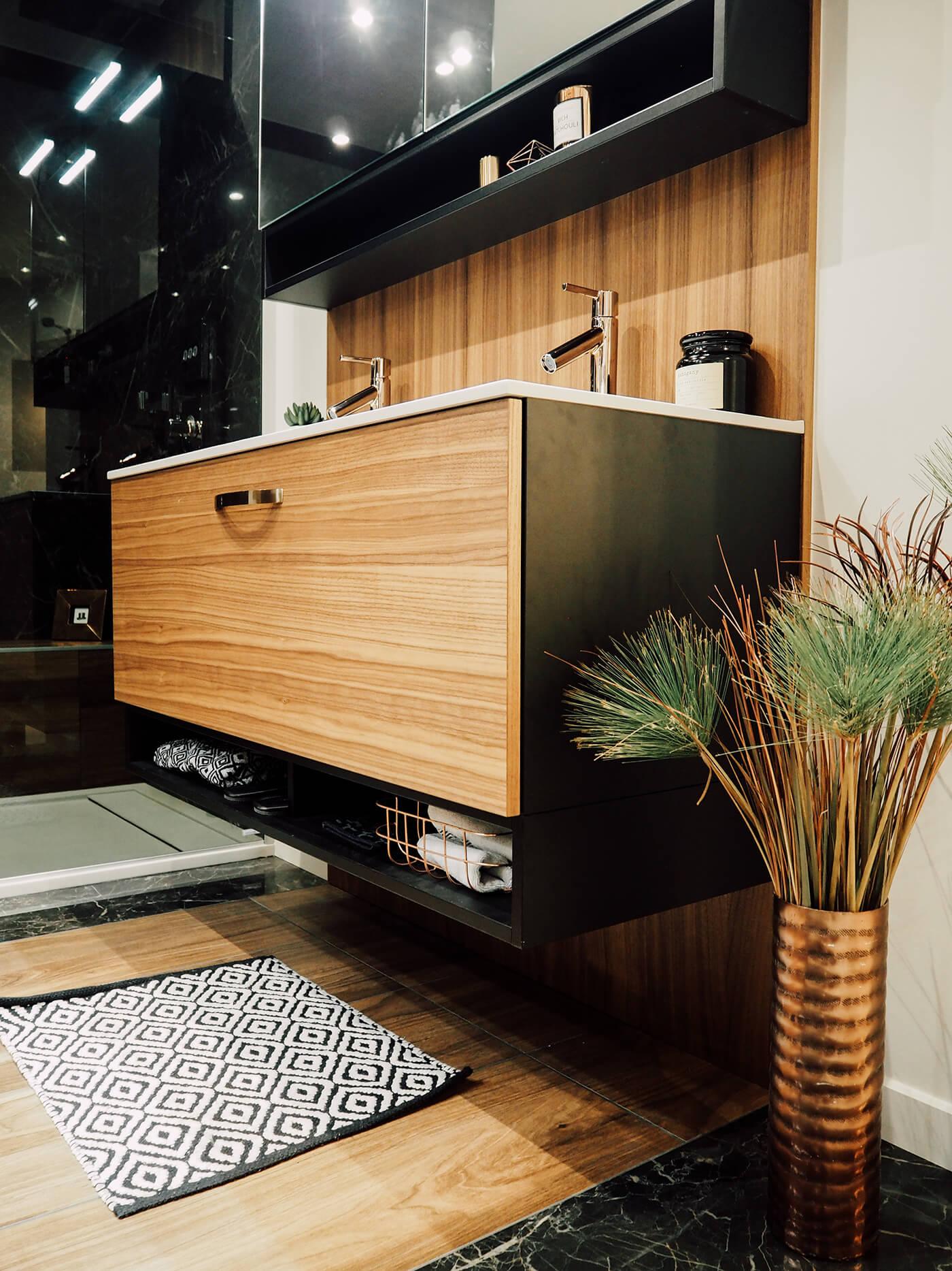 Salle de bain en bois foncé